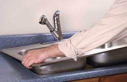 Сантехник в Артёме. Услуги сантехника – установка раковины на кухне. город Артём